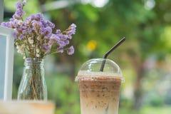 Καφές πάγου στο σαφές πλαστικό με τα ξηρά λουλούδια στοκ εικόνα με δικαίωμα ελεύθερης χρήσης