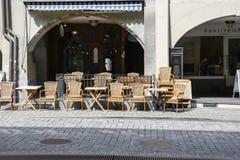 Καφές πεζοδρομίων κάτω από τα arcades στοκ εικόνες με δικαίωμα ελεύθερης χρήσης