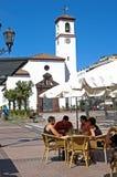 Καφές πεζοδρομίων και εκκλησία, Fuengirola Στοκ Φωτογραφία