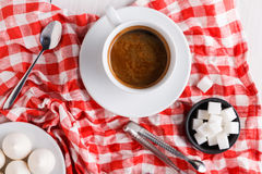καφές περισσότερος χρόνος Μεταχειρίζεται και καφές στο ελεγμένο ύφασμα Στοκ Εικόνες