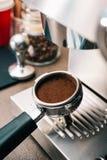 καφές που αλέθεται πρόσφ&alph Στοκ Εικόνες