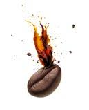 Καφές που εκρήγνυται έξω από το φασόλι καφέ Στοκ εικόνα με δικαίωμα ελεύθερης χρήσης