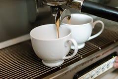 Καφές που κατασκευάζει τη μηχανή να χύσει τη δόση καφεΐνης φλυτζανιών Στοκ Εικόνες