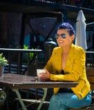 καφές που πίνει την εξωτε&rho Στοκ εικόνα με δικαίωμα ελεύθερης χρήσης