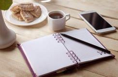Καφές πρωινού κάνοντας τις σημειώσεις στοκ φωτογραφία