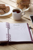 Καφές πρωινού κάνοντας τις σημειώσεις Στοκ φωτογραφίες με δικαίωμα ελεύθερης χρήσης