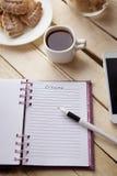 Καφές πρωινού κάνοντας τις σημειώσεις στοκ εικόνες με δικαίωμα ελεύθερης χρήσης