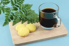 Καφές πρωινού και βουτύρου μπισκότα στο τροπικό υπόβαθρο στοκ εικόνα