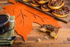 Καφές πρωινού με καλυμμένο σοκολάτα Donuts Στοκ φωτογραφία με δικαίωμα ελεύθερης χρήσης