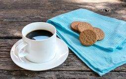 Καφές πρωινού με τα μπισκότα στον ξύλινο πίνακα στοκ φωτογραφίες