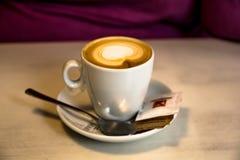 Καφές πρωινού με το πιατάκι και το κουτάλι στοκ εικόνες
