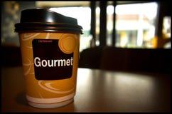 Καφές πρωινού που εξυπηρετείται σε ένα φλυτζάνι εγγράφου σε έναν πίνακα Στοκ φωτογραφία με δικαίωμα ελεύθερης χρήσης
