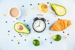 Καφές πρωινού σε ένα άσπρο αβοκάντο Croissant φλυτζανιών που ξυπνά με ένα cheerfulness προγευμάτων ξυπνητηριών, ένα υγιές πρόγευμ στοκ φωτογραφίες με δικαίωμα ελεύθερης χρήσης