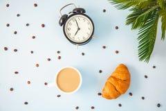 Καφές πρωινού σε ένα άσπρο αβοκάντο Croissant φλυτζανιών που ξυπνά με ένα cheerfulness προγευμάτων ξυπνητηριών, ένα υγιές πρόγευμ στοκ εικόνα