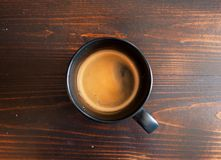 Καφές πρωινού στην ΚΑΠ στον ξύλινο πίνακα στοκ εικόνα