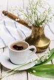 Καφές πρωινού την άνοιξη και κρίνοι της κοιλάδας για τη διάθεση Στοκ φωτογραφίες με δικαίωμα ελεύθερης χρήσης