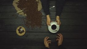 Καφές σε έναν μαύρο ξύλινο πίνακα r o φιλμ μικρού μήκους