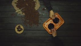 Καφές σε έναν μαύρο ξύλινο πίνακα r o απόθεμα βίντεο