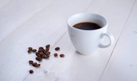 Καφές σε ένα άσπρο φλυτζάνι σε ένα άσπρο υπόβαθρο απομονωμένη ιδανικό μακροεντολή καφέ προγευμάτων φασολιών πέρα από το λευκό Στοκ φωτογραφία με δικαίωμα ελεύθερης χρήσης