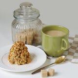 Καφές σε μια πράσινη κούπα και επιδόρπιο από ένα κουλουράκι στη μορφή Στοκ εικόνα με δικαίωμα ελεύθερης χρήσης