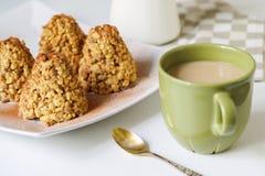 Καφές σε μια πράσινη κούπα και επιδόρπιο από ένα κουλουράκι στη μορφή Στοκ Φωτογραφίες