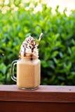 Καφές σοκολάτας frappe με την κτυπημένη κρέμα έξω Στοκ εικόνες με δικαίωμα ελεύθερης χρήσης