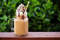 Καφές σοκολάτας frappe με την κτυπημένη κρέμα έξω Στοκ Εικόνες