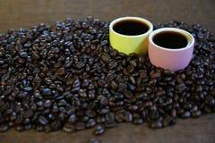 Καφές στην ξύλινη ανασκόπηση Στοκ εικόνα με δικαίωμα ελεύθερης χρήσης
