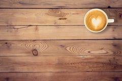 Καφές στην ξύλινη επιτραπέζια σύσταση με το διάστημα στοκ φωτογραφία