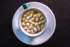 Καφές στον καφέ με marshmallow με το θολωμένο υπόβαθρο Στοκ Εικόνες