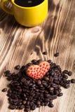Καφές στον ξύλινο πίνακα για το υπόβαθρο Εκλεκτική εστίαση Στοκ Εικόνα