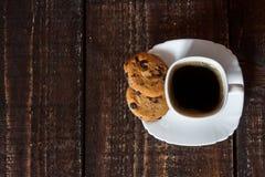 Καφές στο άσπρο φλυτζάνι με τα μπισκότα Στοκ Φωτογραφία