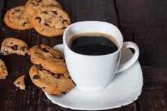 Καφές στο άσπρο φλυτζάνι με τα μπισκότα Στοκ φωτογραφία με δικαίωμα ελεύθερης χρήσης