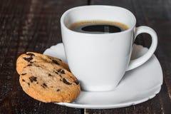 Καφές στο άσπρο φλυτζάνι με τα μπισκότα Στοκ εικόνες με δικαίωμα ελεύθερης χρήσης