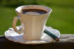 Καφές στο άσπρο filigree φλυτζάνι με ένα πράσινο κουτάλι Στοκ φωτογραφίες με δικαίωμα ελεύθερης χρήσης