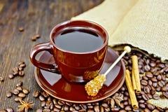 Καφές στο καφετί φλυτζάνι με τη ζάχαρη και την τσάντα εν πλω Στοκ Εικόνα