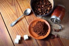 Καφές στο πιάτο στον ξύλινο πίνακα Στοκ Φωτογραφία