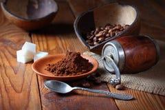 Καφές στο πιάτο στον ξύλινο πίνακα Στοκ Εικόνες