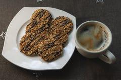 Καφές στο φλυτζάνι με τα μπισκότα στοκ εικόνες με δικαίωμα ελεύθερης χρήσης