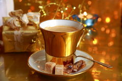Καφές στο χρυσό κιβώτιο φλυτζανιών και δώρων Στοκ εικόνα με δικαίωμα ελεύθερης χρήσης