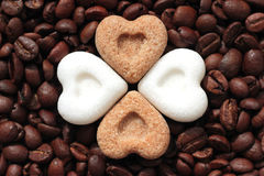 Καφές, σ' αγαπώ! Φασόλια καφέ και καρδιές ζάχαρης Στοκ εικόνες με δικαίωμα ελεύθερης χρήσης