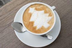 Καφές τέχνης Latte χριστουγεννιάτικων δέντρων Στοκ Εικόνες