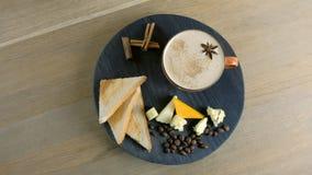 Καφές τυριών με το λειωμένο τυρί, τα κομμάτια του τυριού και τις φρυγανιές ψωμιού σε έναν μαύρο δίσκο wod r απόθεμα βίντεο