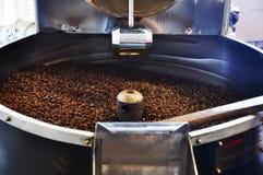καφές φασολιών που ψήνετ&alpha Στοκ φωτογραφία με δικαίωμα ελεύθερης χρήσης
