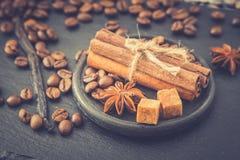 καφές φασολιών ανασκόπησ&eta Φασόλια καφέ με το αντίγραφο διαστημικά FO Στοκ Εικόνες