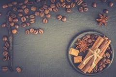 καφές φασολιών ανασκόπησ&eta Φασόλια καφέ με το αντίγραφο διαστημικά FO Στοκ Φωτογραφίες