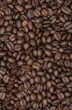 καφές φασολιών που ψήνεται Κινηματογράφηση σε πρώτο πλάνο των φασολιών καφέ για το υπόβαθρο Στοκ Φωτογραφία