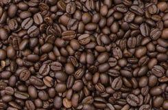 καφές φασολιών που ψήνεται Κινηματογράφηση σε πρώτο πλάνο των φασολιών καφέ για το υπόβαθρο Στοκ Εικόνες