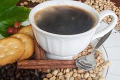 Καφές, φασόλια, κανέλα και κροτίδα Στοκ φωτογραφία με δικαίωμα ελεύθερης χρήσης