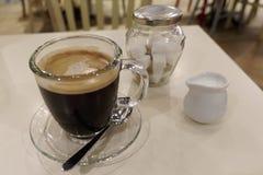 Καφές φρέσκος στους κύβους κανατών και ζάχαρης γάλακτος καφέδων στοκ εικόνα